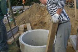Для обустройства септика необходимо вырыть котлован, в него поместить кольца, а щели заделать цементным раствором.
