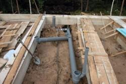Канализационные трубы можно утеплять уже на этапе их установки.